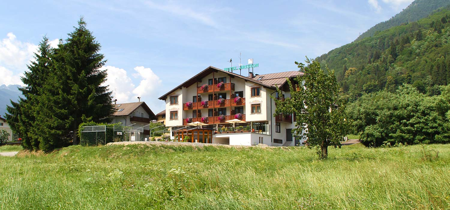 The Hotel Ariston in the countryside: view from the outside.